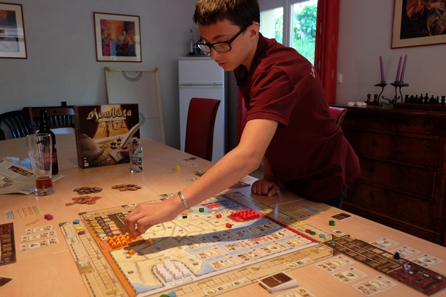 Ca c'est un jeu fait POUR mon gone ! En effet, il est le roi de la combo en permanence... ;-) Ci-dessus, il est en train d'installer des comptoirs orange sur le plateau.