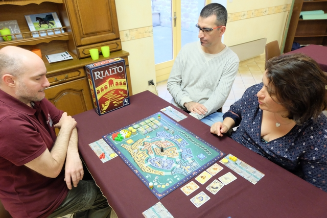 Deuxième partie d'un jeu de Feld pour moi aujourd'hui, avec un opus plus léger : Rialto. Nous jouons à nouveau à 4, Yannick avec les conseillers rouges, Bruno avec les blancs, Valérie avec les jaunes et moi-même avec les verts. Allez hop, en pirogue direction Venise...