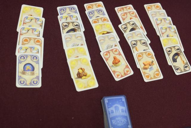 Voici les 5 premières colonnes de cartes de cette partie. Ce système de choix d'un lot est vraiment superbe, même s'il rappelle d'autres jeux, San Marco en tête.