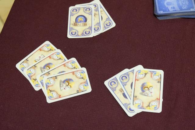 L'enchère de malades pour le positionnement des conseillers : 3 pour Yannick (avec 4 jokers : les 2 premiers indiquant la carte choisie, les 2 autres la complétant), 3 pour Bruno et 3 pour moi (dont 1 joker) ! Ca sert d'être le premier sur la piste d'initiative : je remporte l'égalité ! Et dire que j'avais justement joué une ou deux cartes de doge, en début de manche, au cas où...