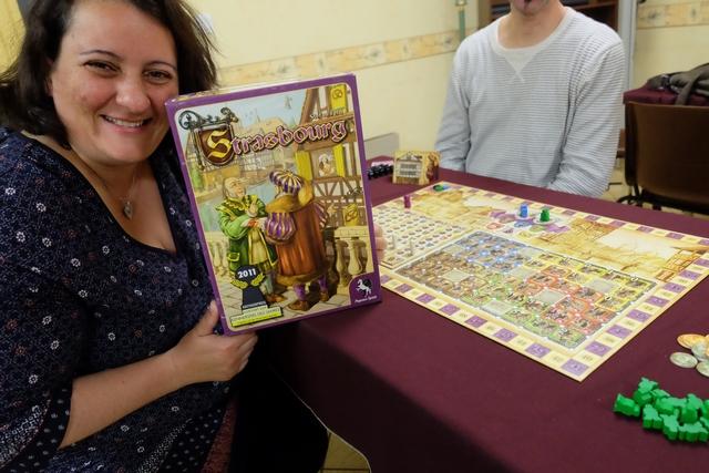 Ah, ça, elle est contente Valérie de cette journée Feld ! Encore un jeu à découvrir pour elle : Strasbourg...
