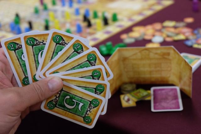 Voici ma dernière main de cartes, avec la réobtention de certaines que j'avais récupérées plus tôt (car ne m'ayant rien rapporté). Derrière mon paravent, je suis aussi super à l'aise, avec de l'argent pour voir venir et des denrées à vendre. Sans parler de mon privilège en stock. Nickel !