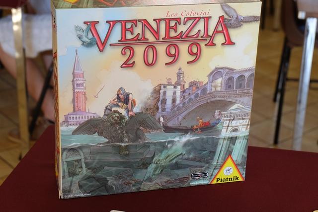 La boîte est belle, originale, séduisante et bien, bien lourde. Le thème est apocalyptique avec la fameuse cité de Venise en proie à la folie de la montée des eaux et, du coup, à l'engloutissement de quartiers entiers. Chaque joueur essaiera de récupérer des objets, les plus rares possibles (c'est-à-dire en priorité sur des couleurs de quartiers beaucoup engloutis), tout en sauvant un maximum de ses 3 personnages (en les installant, en fin de partie, sur les quartiers aux numéros les plus élevés).