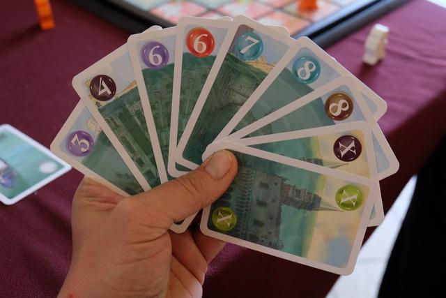 Chaque joueur reçoit une main de 9 cartes, à 4 joueurs, et il n'en piochera jamais d'autre. Au total, on a donc distribué un total de 36 cartes, sachant que les 6 restantes seront conservées face cachée et correspondront, donc, aux quartiers non engloutis en plus des quartiers de valeur 2 jamais engloutis. Ci-dessus, dans ma main de cartes, vous pouvez constater que j'ai classé mes cartes par valeur plutôt que par couleur : en effet, à son tour, on doit toujours la carte de plus faible valeur encore en main. Vous constaterez qu'on dispose donc d'une quantité d'informations de 9 / 42ème sachant que plus la partie avancera, on aura des informations complémentaires sur les quartiers, de faible valeur, non engloutis...