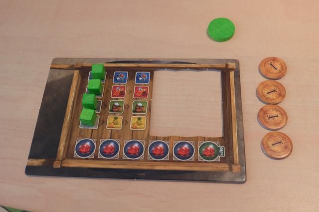 Comme dans le jeu de base, chaque joueur dispose de sa brouette, avec une capacité de 2 unités par marchandise, extensible jusqu'à 5. A noter que le café n'est pas stocké de la même manière : on récupérera de jolis petits sacs en bois. Autre élément à noter : pour gagner il faut amasser 6 bijoux dans tous les cas. Cela devrait avoir tendance à allonger la partie...