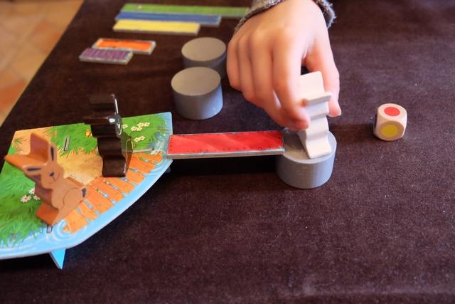 Et hop ! Le lapin franchit le pont. Puis c'est au joueur suivant. Et ainsi de suite jusqu'à ce qu'un lapin atteigne l'île aux carottes, but ultime de la traversée.