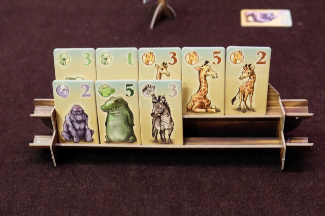Un peu plus tard, voici mes acquisitions : 2 tortues, 3 girafes, 1 gorille, 1 crocodile et 1 zèbre. Il ne reste plus que 2 places sur mon arche, mais pour y mettre quoi et pourquoi ? Alors, voilà : le décompte final fera marquer soit la valeur de la tuile d'un animal s'il est tout seul, soit 5 PV par tuile à condition qu'il y en ait au moins 3. Et s'il y en a 2 ? C'est là que Noé intervient puisqu'il les réquisitionne pour son arche : autrement dit, on défausse chaque paire ! Difficile et intéressant non ?