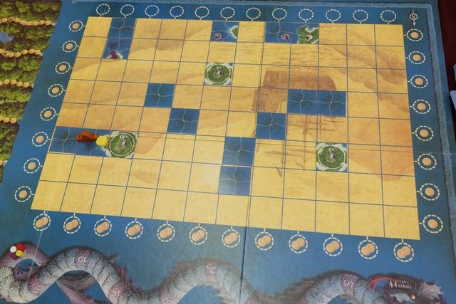 Le plateau a été installé et je viens de prendre mon tour (jaune). Clairement, je me positionne sur l'île qui sera bonifiée de 10 points. Mais ai-je vraiment raison d'y mettre un camp au lieu d'un simple éclaireur ?