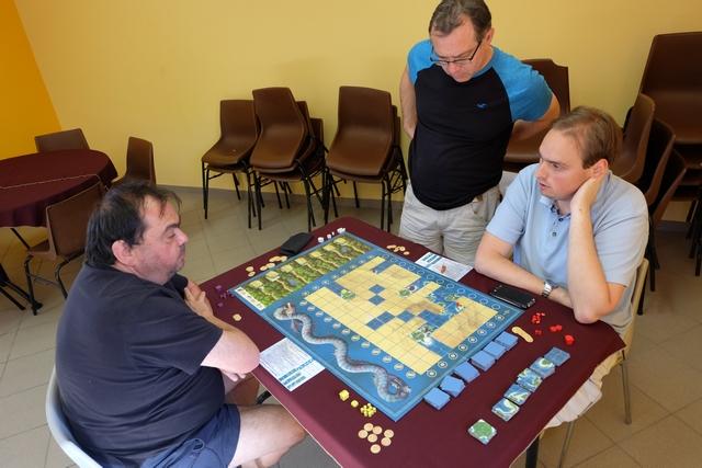 Jean-Luc joue les éléments violets, Fabrice les blancs, Quentin les rouges et moi-même les jaunes.