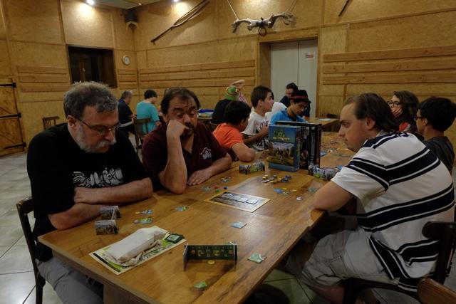 Que de belles tablées à Ludophiles en gîte ! Au premier plan, c'est la nôtre, avec François qui possède le château rouge, Jean-Luc le jaune, Quentin le bleu et moi-même le vert.