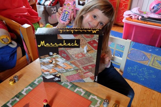 Elle ADORE ce jeu ! Et comme nous allons y jouer, à quatre, dans sa chambre, elle est aux anges la petite Leila...