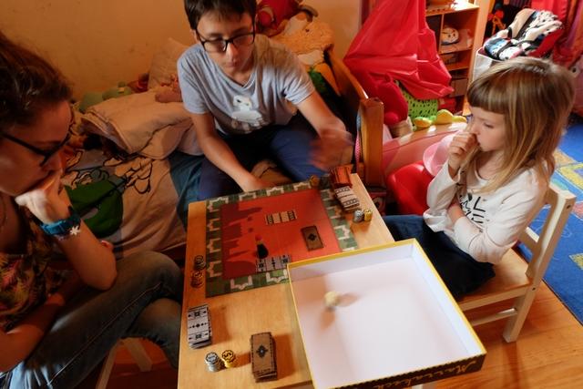Maitena place les tapis gris, Tristan les orange, Leila les blancs et moi-même les marron. La partie vient de débuter et on s'apprête à passer un bon moment...