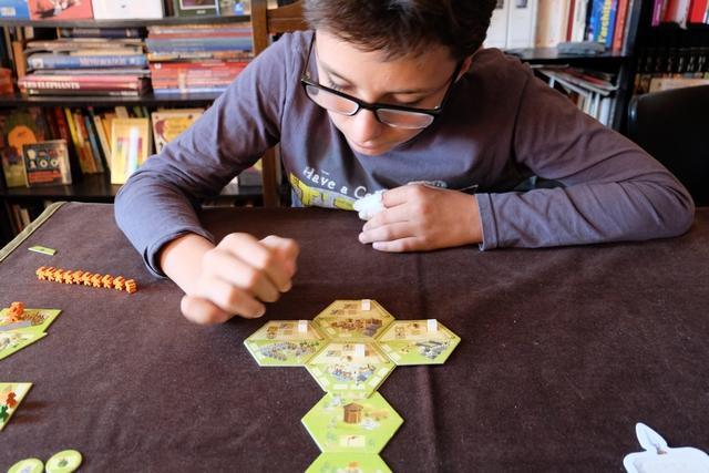 Tristan, de son côté, a opté pour la stratégie de construire ses 4 bâtiments au plus vite. Une bonne idée, forcément, pour disposer d'un cube d'ouvrier supplémentaire.