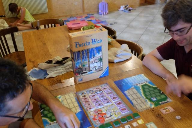 Nous jouons à Puerto RIco à 5 joueurs : Yann, Romain, Barthélémy, Julie et moi-même. Yann et moi démarrons avec un maïs, les trois autres avec un indigo. Allez, hop, c'est parti, comme à la grande époque...