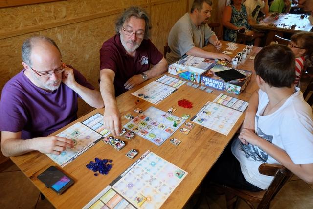 Nous jouons à 4 : Jacques, Pierre, Tristan P. et moi-même, dans la version expert du jeu.