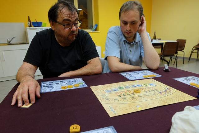 Râ est clairement un jeu d'évaluation de la valeur des lots, saupoudré d'une bonne dose d'enchères. Jean-Luc et Quentin apprécient...