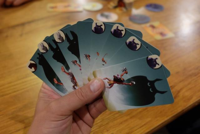 Petite vue de ma main de cartes, avec pas moins de 4 hiboux sur 5 existants (on en défausse un à 4 joueurs), donc je sais déjà qu mes camarades vont sûrement bluffer en posant des cartes près du disque de hibou... A noter que certaines cartes sont des souris (celle à gauche de mes hiboux), sans dessin en haut à gauche, et qu'elles nous obligent à bluffer pour être posées !