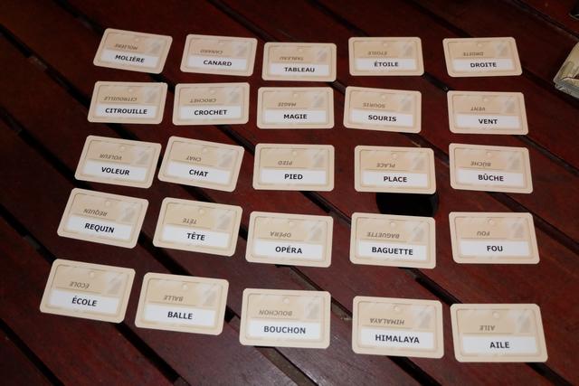 Voici donc le premier étalage de cartes. Si vous avez suivi attentivement mes autres comptes-rendus sur ce jeu, vous avez peut-être l'impression de voir les mêmes cartes revenir souvent. C'est normal : je n'ai ouvert qu'un paquet de cartes sur les deux, histoire d'en garder sous la pédale pour les parties futures...