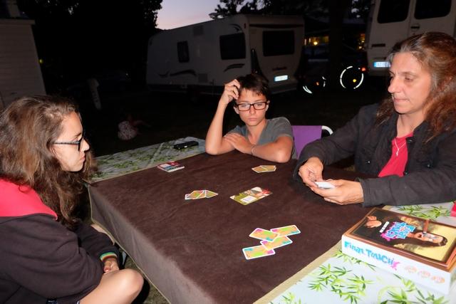 Partie de découverte, donc, avec des règles exposées par Julie. Nous jouons en équipe de deux, Maitena avec sa mère et Tristan avec son père.