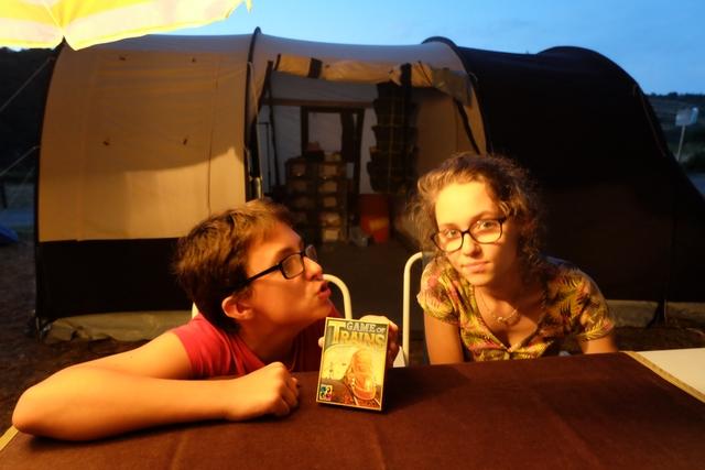 Les deux artistes comédiens en vacances vous proposent de vous embarquer pour Game of Trains !