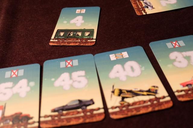 A son tour, on peut soit piocher une carte cachée et s'en servir pour remplacer un wagon de son train, soit en prendre une de l'étalage pour en utiliser l'effet indiqué en haut (comme je le fais ci-dessus pour échanger la position de ma carte 40 avec ma carte 45). Tout simple.