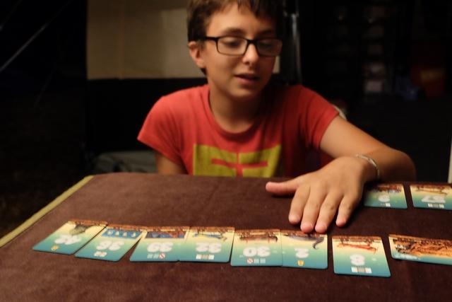 L'une des subtilités du jeu est de ne pas proposer à l'étalage des cartes qui seraient utiles pour leur effet aux autres joueurs. Ci-dessus Tristan aurait bien besoin d'échanger son 2 avec son 8 si une carte d'échange se trouvait à l'étalage...