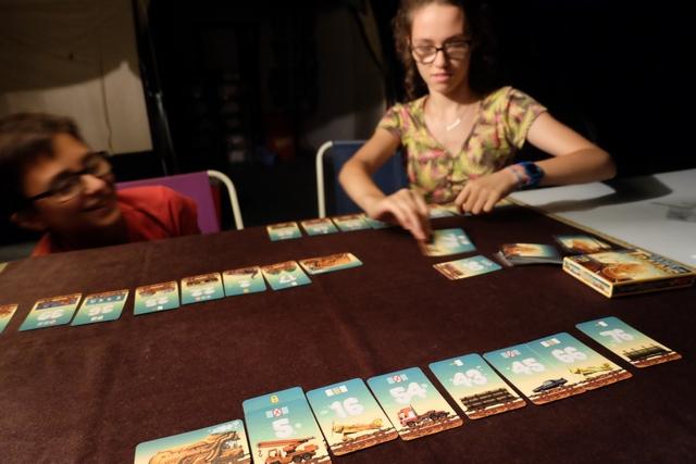 Le jeu peut être assez violent, certaines cartes obligeant à défausser soit la première, soit celle du milieu, soit la dernière de son train, par exemple. Et Maitena déteste ça ! ;-)