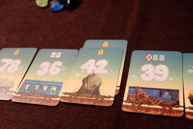 L'un des effets, qui ne modifie pas vraiment l'ordre des cartes, est pourtant assez puissant : le cadenas protège la carte d'en-dessous des éventuelles défausses occasionnées par les cartes de suppression. Ci-dessus, j'ai protégé mon 42.