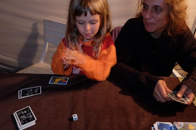 Le fun de ce jeu réside pour beaucoup dans le lancer de dé de la pieuvre après avoir annoncé combien de cartes on veut aller chiper dans la main de sa voisine... Joli le 3, Leila !