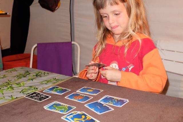 Leila sait parfaitement classer ses cartes, par espèce et par valeur, et comptabilise, seule, ses points acquis. Bravo !