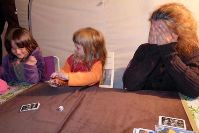 Ca rigole, tandis que Leila mélange ses cartes avant que sa mère ne pioche dedans. Quoi ? Vous avez vu une intrus sur cette photo ? Ben oui, Léane nous a rejoint sur la fin, observant avec intérêt et grande envie notre pêche du soir...