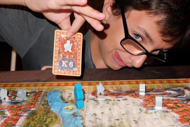 Tristan a pioché la carte K6, donc a placé un frère d'arme sur la case indiqué. Il en piochera une seconde, puis, ensuite, il pourra déplacer deux de ses pions ou un seul deux fois. Tout simple.