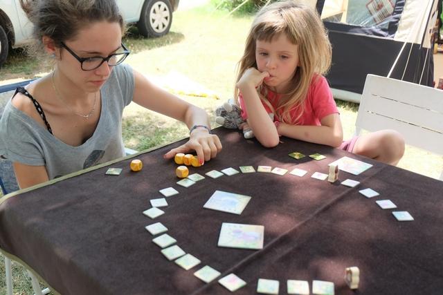 Maitena et Tristan apprécient très rapidement ce jeu, très fluide, très taquin (avec l'éventuelle tuile à donner à un adversaire) et tout bonnement bien sympa !