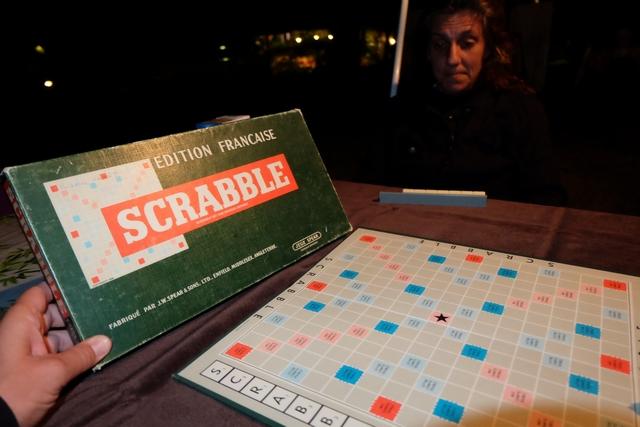 Ben oui... il fallait bien qu'elle ait lieu notre traditionnelle partie de Scrabble ! Et là, pour le coup, nous jouons sur ma vieille version de boîte : jeu Spear distribué par Miro Meccano.