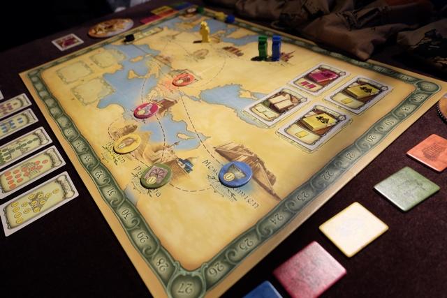 Le jeu est mis en place et notre partie à trois joueurs (Tristan en jaune, Maitena en bleu et moi en vert) peut débuter...