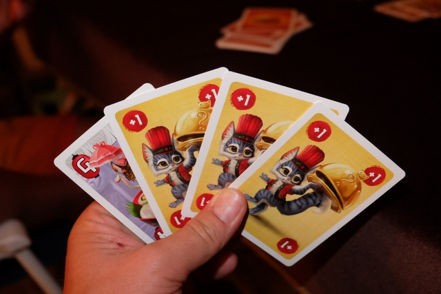 Petite vue de ma main de cartes, composée d'un plat de valeur 4 et de trois cartes d'action +1...