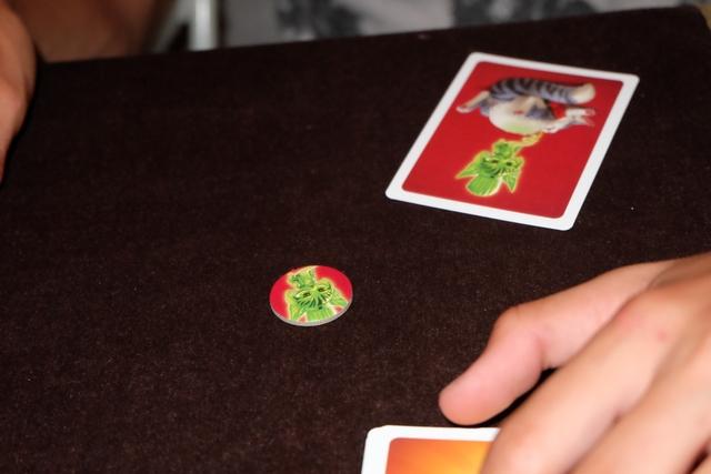 Joris est le premier à être victime d'une indigestion. Du coup, il a l'un des seuls choix du jeu à faire : va-t-il ajouter ou non une carte d'indigestion supplémentaire dans la pioche ?
