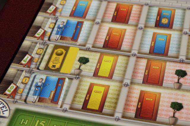 Et voilà le travail : la chambre jaune, à gauche, est à présent occupée par cet artiste. La chambre restera occupée jusqu'à la fin de la partie. Cette chambre fait partie d'un groupe de trois chambres jaunes (reliées horizontalement et/ou verticalement), donc j'aurai un bonus de PV lorsque le groupe entier sera occupé. Ça commence à faire des nœuds à la tête cette affaire...