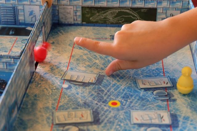 Jolie progression du pingouin rouge au travers d'une porte ! A noter que les lignes rouges tracées au sol ne sont pas inutiles (deuxième erreur de règle ce soir) : si un pingouin est au-delà d'une ligne rouge (=proche d'un mur), le joueur concerné peut le mettre sur la ligne rouge avant de jouer. OK, on ne refera plus, promis ;-)