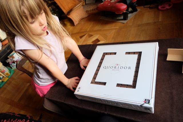 La boîte de ce Quoridor Deluxe est tout bonnement époustouflante : évidée en forme carrée, laissant apparaître le superbe plateau en noyer qui se cache à l'intérieur, on n'a qu'une envie, c'est d'enlever le cellophane et d'ouvrir cette boîte. N'est-ce pas Leila ?