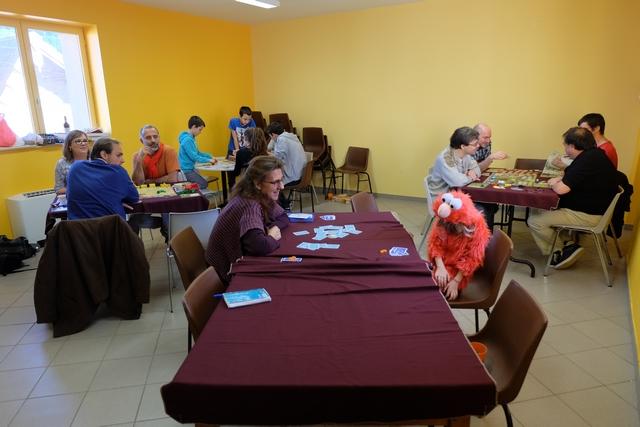 Pas moins de 4 tables en simultané aujourd'hui, ça sent les jeux de retour d'Essen tout ça ! Sur la gauche, notre table de Barcelona à 4 : Quentin avec les bleus, Angélique avec les rouges, Yohel avec les jaunes et moi-même avec les verts. On a même droit à Elmo parmi nos joueurs attablés... ;-)