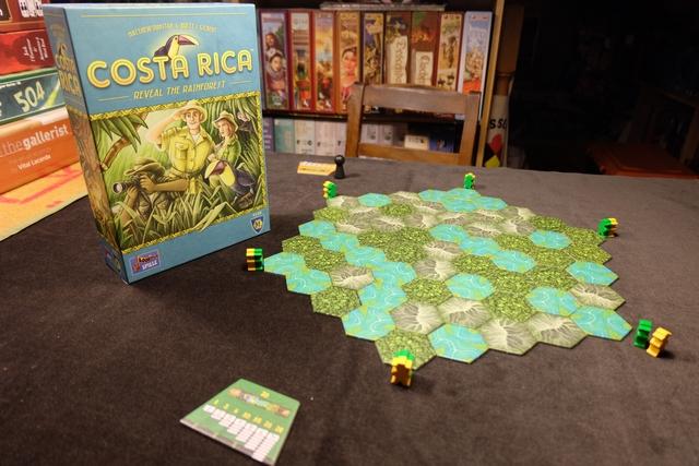 Jeu magnifique une fois installé ! Ce Costa Rica, que l'on craint un peu court à 2 joueurs, paraît vraiment malin, vicieux et tout bonnement titillant à plus... En tout cas, c'est vraiment beau ce paysage obtenu en assemblant toutes ces tuiles pour former ce grand hexagone !