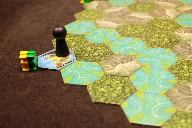 Voilà, c'est parti. Le joueur actif est le leader d'une des expéditions qu'il choisit parmi les 6 de départ. Ici, Tristan a retourné la première tuile affichant une grenouille. Il a deux choix : soit il s'arrête là et la prend, soit il décline cette tuile et me permet de la prendre (ou pas !). Celui qui décide de prendre récupère la (ou les) tuile(s) puis retire son pion du plateau. C'est la fin du tour et l'autre joueur devient le nouveau joueur actif. En général, on ne s'arrête pas à une seule tuile...