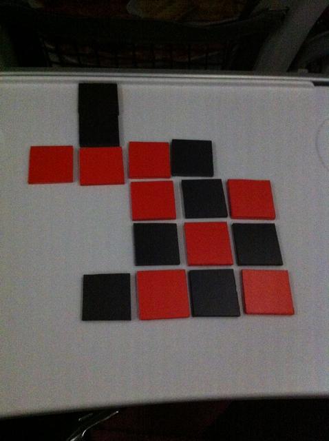 D'un tour à l'autre, la configuration change pas mal... Pour info, Tristan joue les carrés noirs et moi-même les rouges.