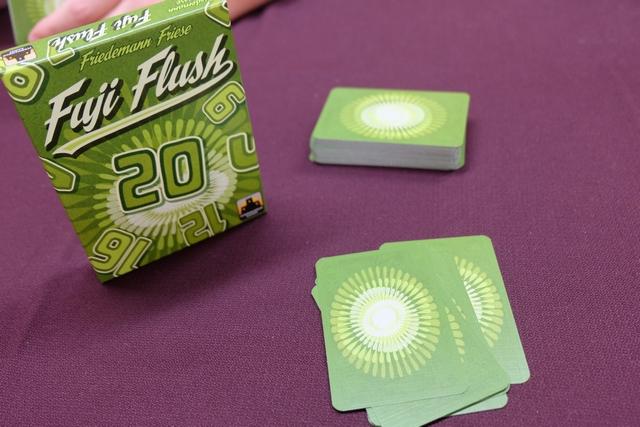 Comme on n'en a pas assez, on enchaîne encore sur une partie de découverte d'un jeu : Fuji Flush de l'homme aux cheveux verts ! On en fera même deux : on ne se refuse rien ce soir... ;-)