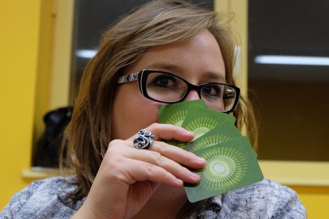 Angélique étudie son jeu avec attention : mais comment fait-elle ? ;-)