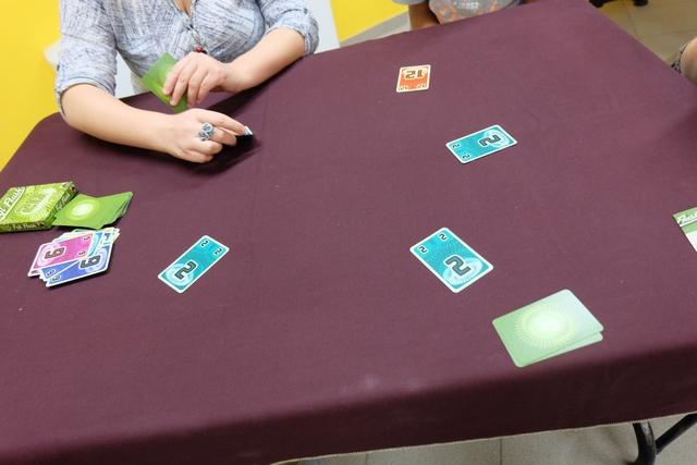 Petit exemple de tour : Tristan a joué un 12, puis Guillemette un 2, que j'ai suivi, que Romain a suivi aussi et qu'Angélique s'apprête à suivre, portant notre total de 2 à 8 points. Tristan va donc valider (et défausser donc) sa carte 12 puis jouera ce qu'il veut. S'il joue une carte inférieure ou égale à 8, Guillemette pourra valider son 2 (Romain, Angélique et moi-même aussi en même temps), mais s'il joue une carte à partir du 9, nous allons tous défausser notre carte 2 et la remplacer par une autre de la pioche ! Ingénieux mécanisme...