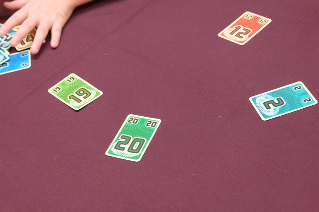 Dernier tour de la première partie, que je conclus avec l'unique carte 20 du jeu (pratiquement imbattable : il faudrait une coalition de cartes inférieures). Juste excellent !