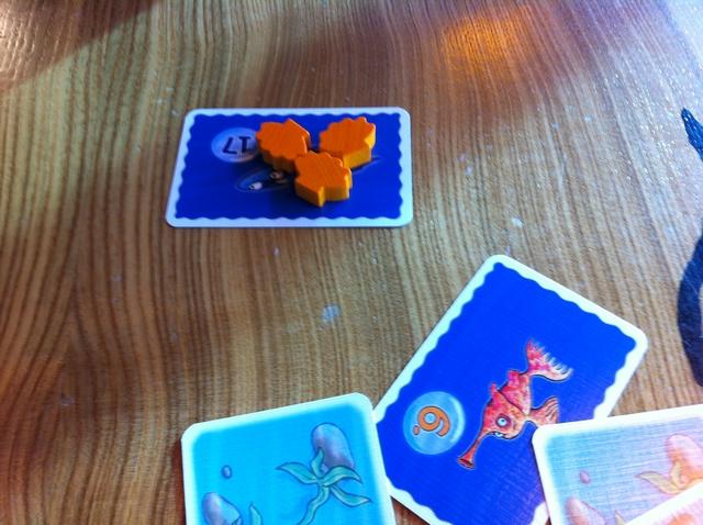 Et Tristan empoche donc la carte raie et les 3 coquillages. La partie se poursuit de la même manière jusqu'à épuisement de toutes les cartes...