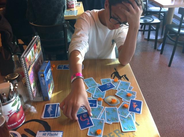 Certes on trouve le jeu plus qu'hasardeux. Enfin... au départ ! En effet, par la suite, un effet mémoire joue puisque les cartes des petits poissons sont retournées face cachée et, d'autre part, on a intérêt à retourner des cartes avec coquillages si on se sent fort avec la carte retournée au premier round du tour...